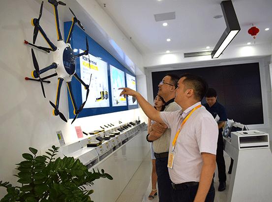 省物联网应用技术服务商会会长参观无人机